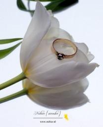 Gouden ring met groene steen op tulp
