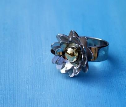 herinneringssieraad met goud van trouwring in zilveren lotusbloem