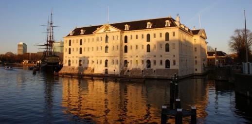 scheepvaartmuseum in ondergaande zon