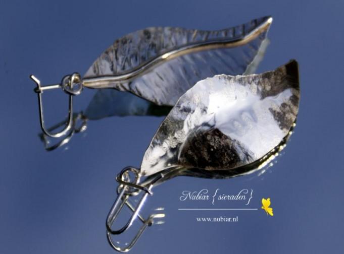 zilveren oorbellen in de vorm van blaadjes